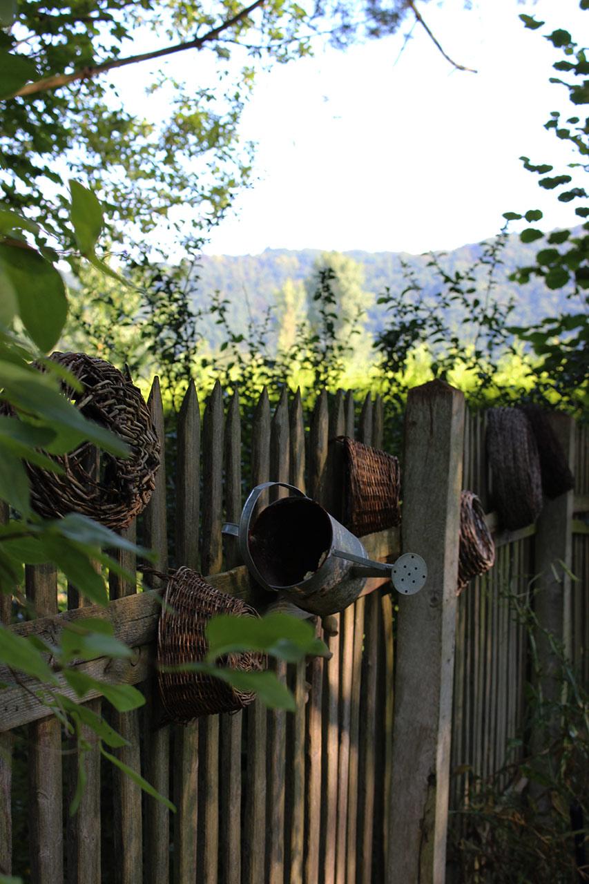 Blick vom Garten auf den Natursteig